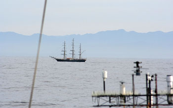 Photo of the rendezvous of the Knorr and clipper Stad Amsterdam off the South African Cape.
