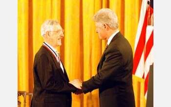 Bruce Ames receives the Medal of Science from President Clinton.