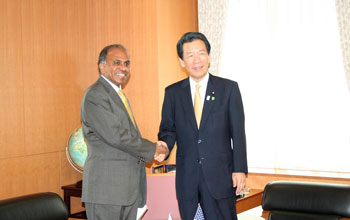 Photo of NSF Director Suresh and MEXT Minister Hirofumi Hirano shaking hands.